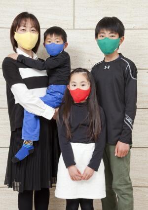 facewearを着けた家族写真